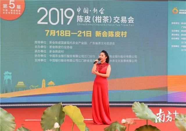 江门市音乐家协会理事、女高音歌唱家冯明曦献唱《我爱你中国》和《多想对你说》 。杨兴乐摄