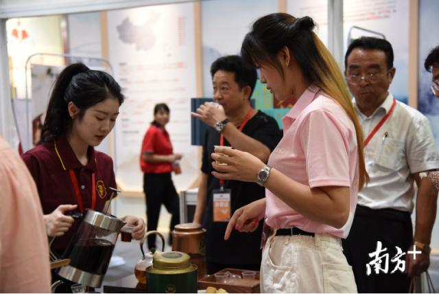 第一届广东东西部扶贫协作产品交易博览会上参会嘉宾现场了解新会陈皮、柑普茶